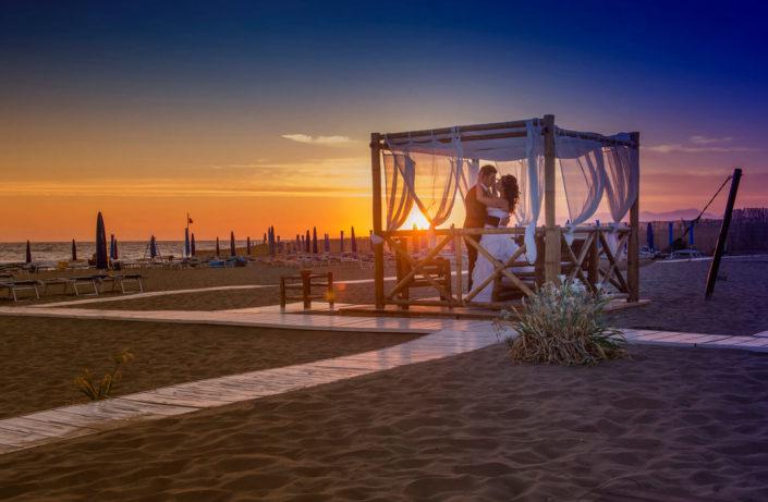 sposi mare tramonto